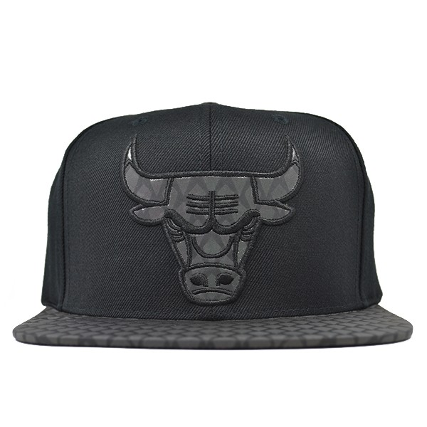 cea516e8917 Chicago Bulls REFLECTIVE IRIDESCENT SNAPBACK Mitchell   Ness NBA Hat ...