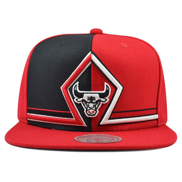 1679d8c28f0 Chicago Bulls DYNAMIC SPLIT Snapback Mitchell   Ness NBA Hat - Hat ...